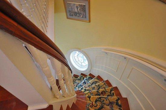 Atlantis Inn Luxury B&B: Staircase