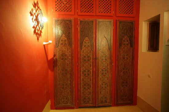 Riad La Cigale: Doors in Garcon room