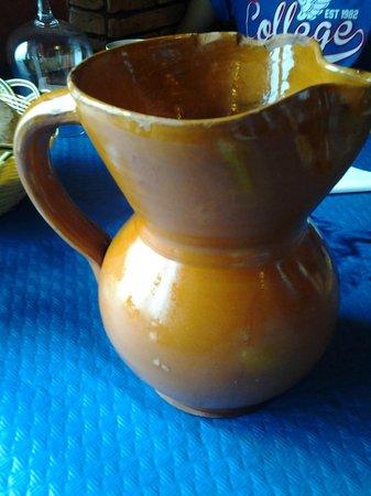 La Quinta Asador Restaurante: En esta jarra mellada nos sirvieron el vino del menú del día.