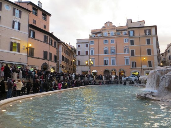 Trevi-Brunnen (Fontana di Trevi): the crowd late afternoon in Febuary