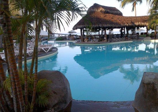 Plaza Pelicanos Grand Beach Resort: Early morning pool scene
