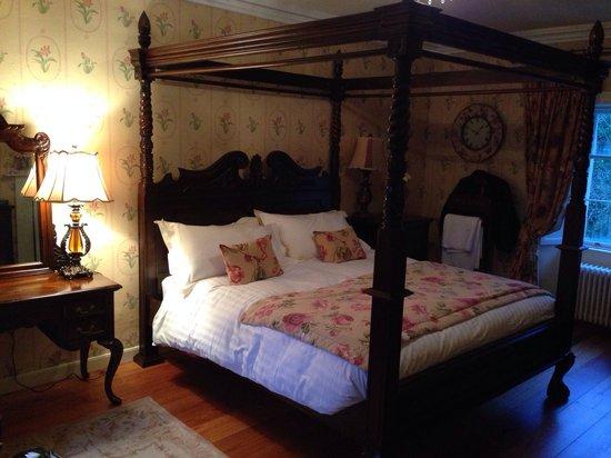 Killinagh House: Four poster room