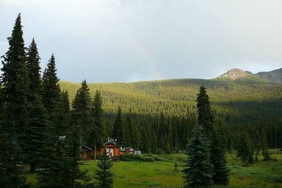 Shadow Lake Lodge : the view from our cottage to the washroom and showers