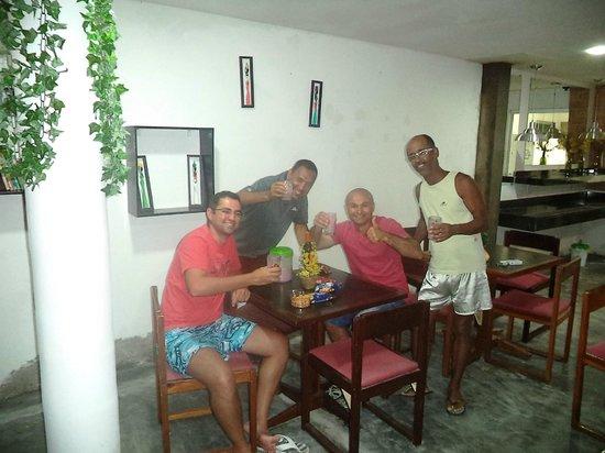 Aju Hostel e Pousada: A copa aberta durante a noite, facilita a convivência com os novos amigos
