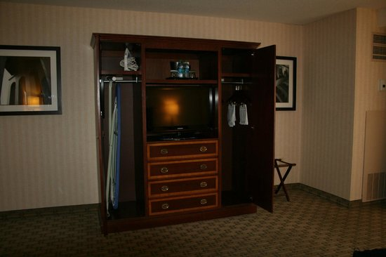 Wyndham Cleveland at Playhouse Square: Bedroom Television and Armoire