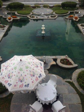 Taj Lake Palace Udaipur: You can breakfast under the umbrella...