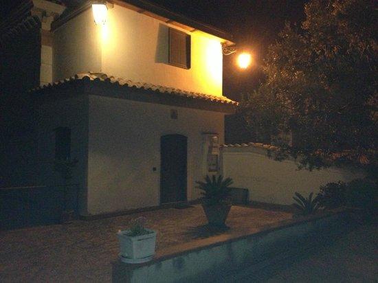 La Torretta Bianca: Veduta notturna dell'alloggio... illuminato!