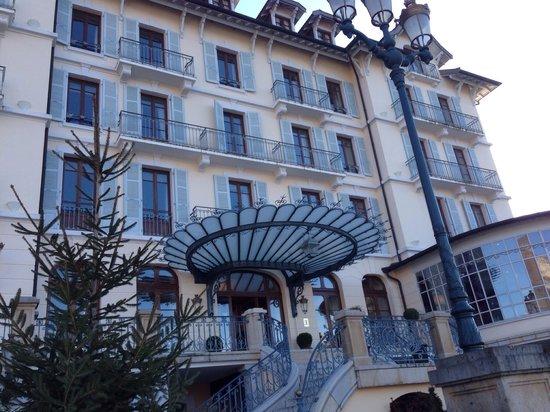 Le Palace de Menthon : Entrée de l'hôtel