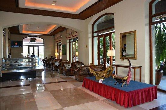 Chatrium Hotel Royal Lake Yangon: Lobby / Bakery