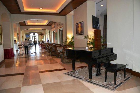 Chatrium Hotel Royal Lake Yangon: Lobby Piano area