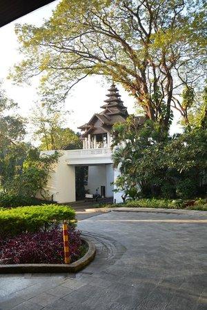 Chatrium Hotel Royal Lake Yangon: Entrance and security area