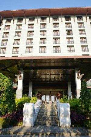 Chatrium Hotel Royal Lake Yangon: Hotel facade
