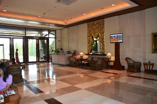 Chatrium Hotel Royal Lake Yangon : Lobby/Concierge area