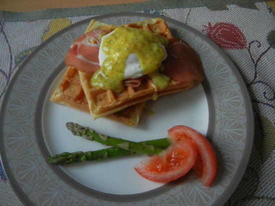 Ridgeview Gardens Bed and Breakfast: Eggs & Waffles