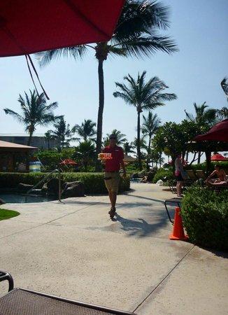 Honua Kai Resort & Spa : Cocktail service by the pool