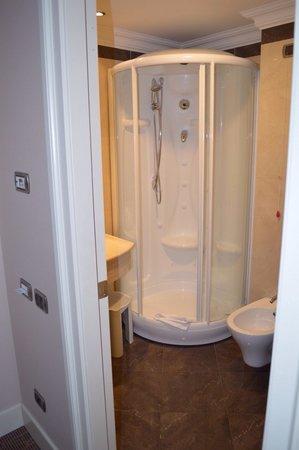 Hotel Regina Margherita - Cagliari: IL bagno molto pulito e la doccia molto comoda e efficiente.