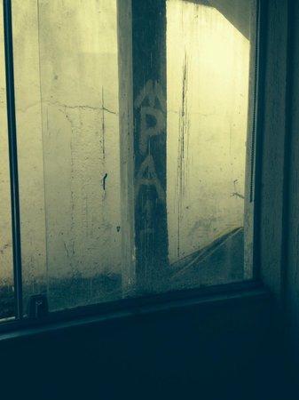 Hotel Beach Hills : Vista da janela do apartamento, tudo pichado e em obras
