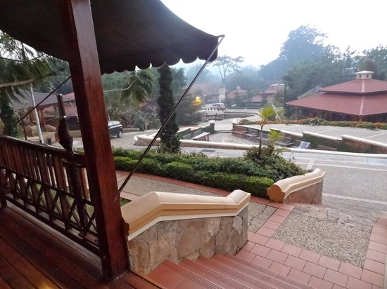 Hotel Pyin Oo Lwin: view from the porch to the property