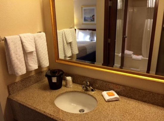 La Quinta Inn & Suites Miami Airport East: Somewhat dated bathroom