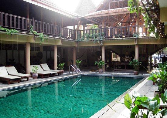 Ruean Thai Hotel: pool side