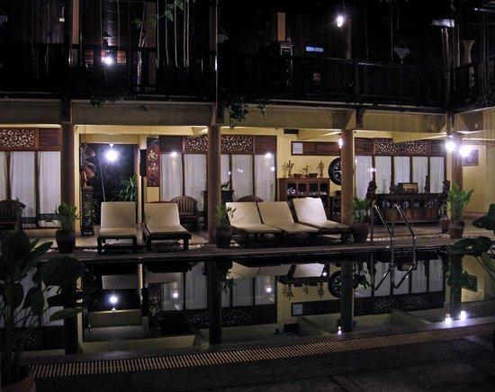 Ruean Thai Hotel : pool side by night