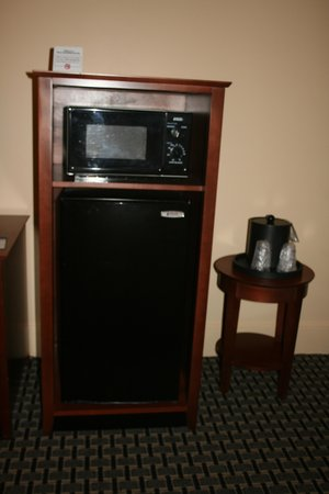 Best Western Plus Brunswick Inn & Suites: Microwave and fridge