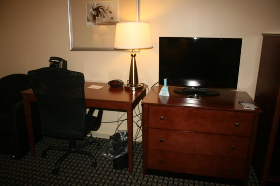 Best Western Plus Brunswick Inn & Suites: TV, draws and desk area