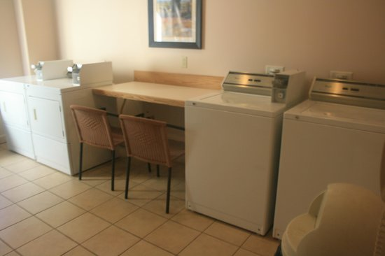 Best Western Plus Brunswick Inn & Suites: Laundry room