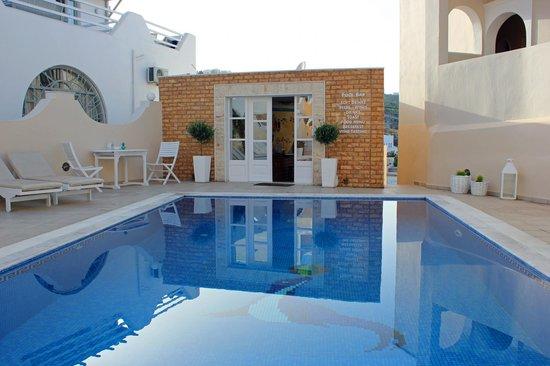 Evgenia Villas & Suites : Pool and bar