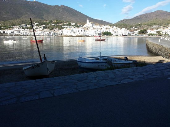 Hotel Playa Sol: View across the bay to the village of Cadaques