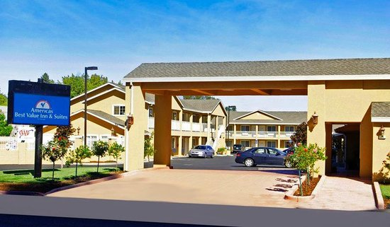Americas Best Value Inn & Suites: Hotel Exterior