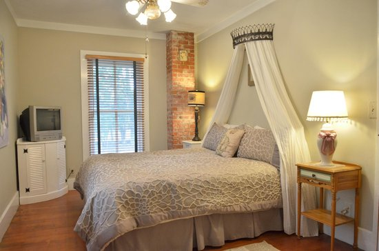 Ojai Serenity Suites: The Loft Master Bedroom with Cal-King bed