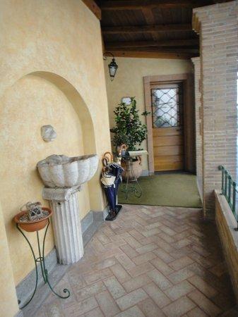 Hotel Santa Maria: 走向櫃檯的景致