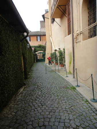 Hotel Santa Maria: 走出飯店的石頭路