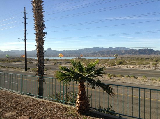 Havasu Dunes: Lake view rooms are nice but right on the highway so there is road noise!