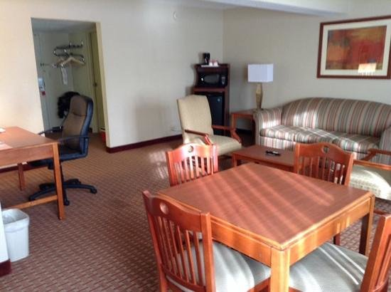 Ramada Burlington Hotel & Conference Center: queen suite