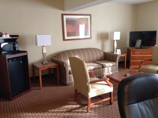 Ramada Burlington Hotel & Conference Center: sitting area Queen suite