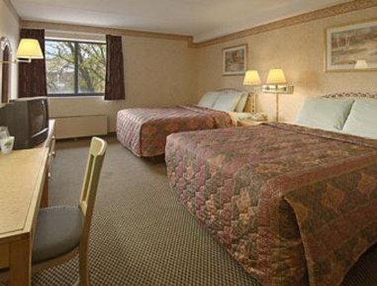 Days Inn Hurstbourne: Standard Two Queen Bed Room