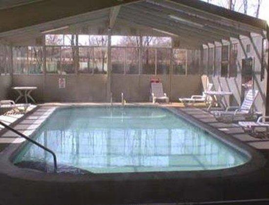 Days Inn Hurstbourne: Indoor Heated Seasonal Pool