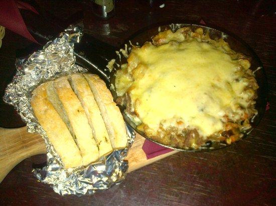 Folkklubs Ala Pagrabs: Sartén típica letona de patatas, carne picada, legumbres, etcétera y queso
