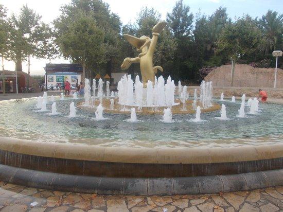 PortAventura : fountain at entrance