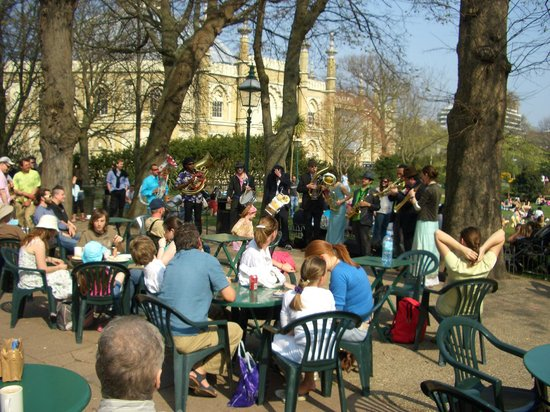 Pavilion Gardens Cafe: Choir at the cafe