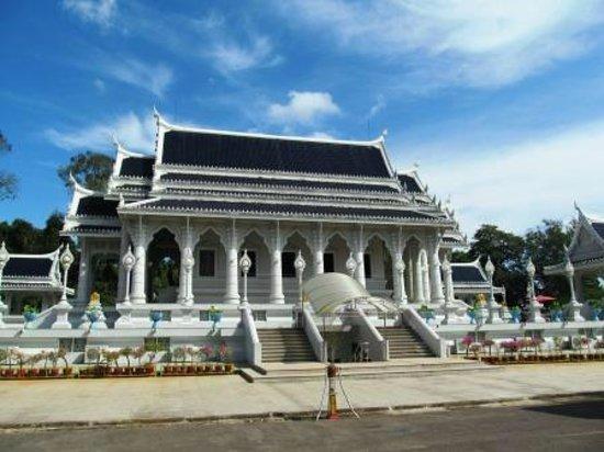 Pak Nam, Thailand: 白亜に青い屋根がまぶしい