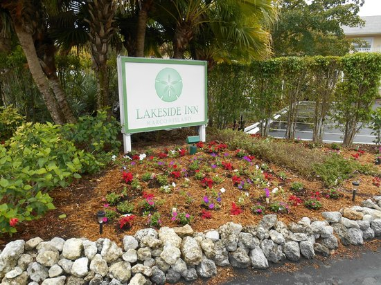 Marco Island Lakeside Inn: Sign as you enter the main parking area