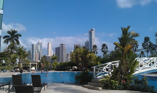 Intercontinental Miramar Panama: Poolside view of Panama City