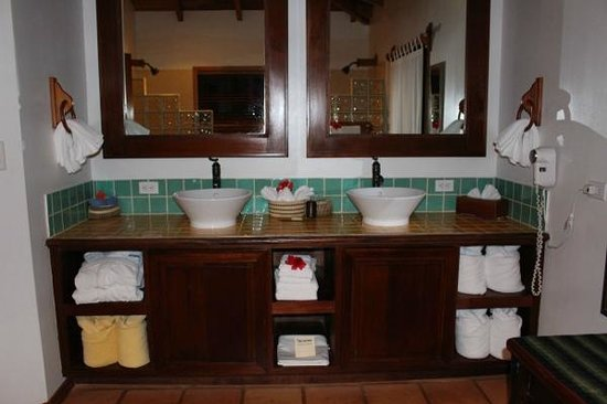 Hamanasi Adventure and Dive Resort: Twin sinks