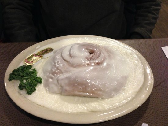 Waupaca woods Restaurant: Breakfast - HUGE cinnamon role (as big as the plate!)