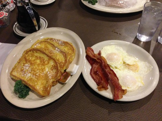 Waupaca woods Restaurant: Great breakfast at Waupaca Woods - eggs, bacon and french toast!