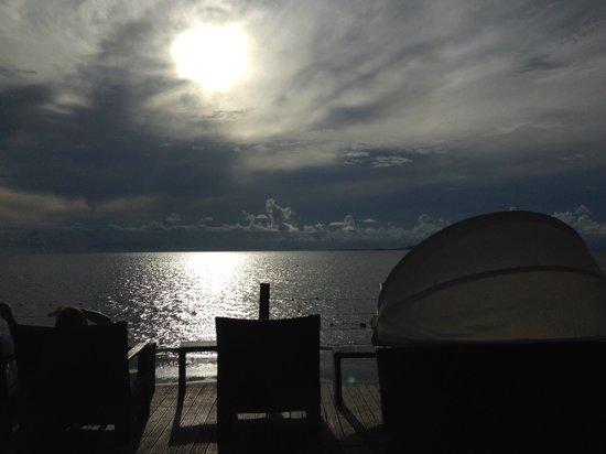 Radisson Blu Resort Fiji Denarau Island: sunset deck