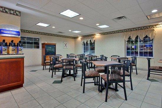 Holiday Inn Express Cadillac: Breakfast Area